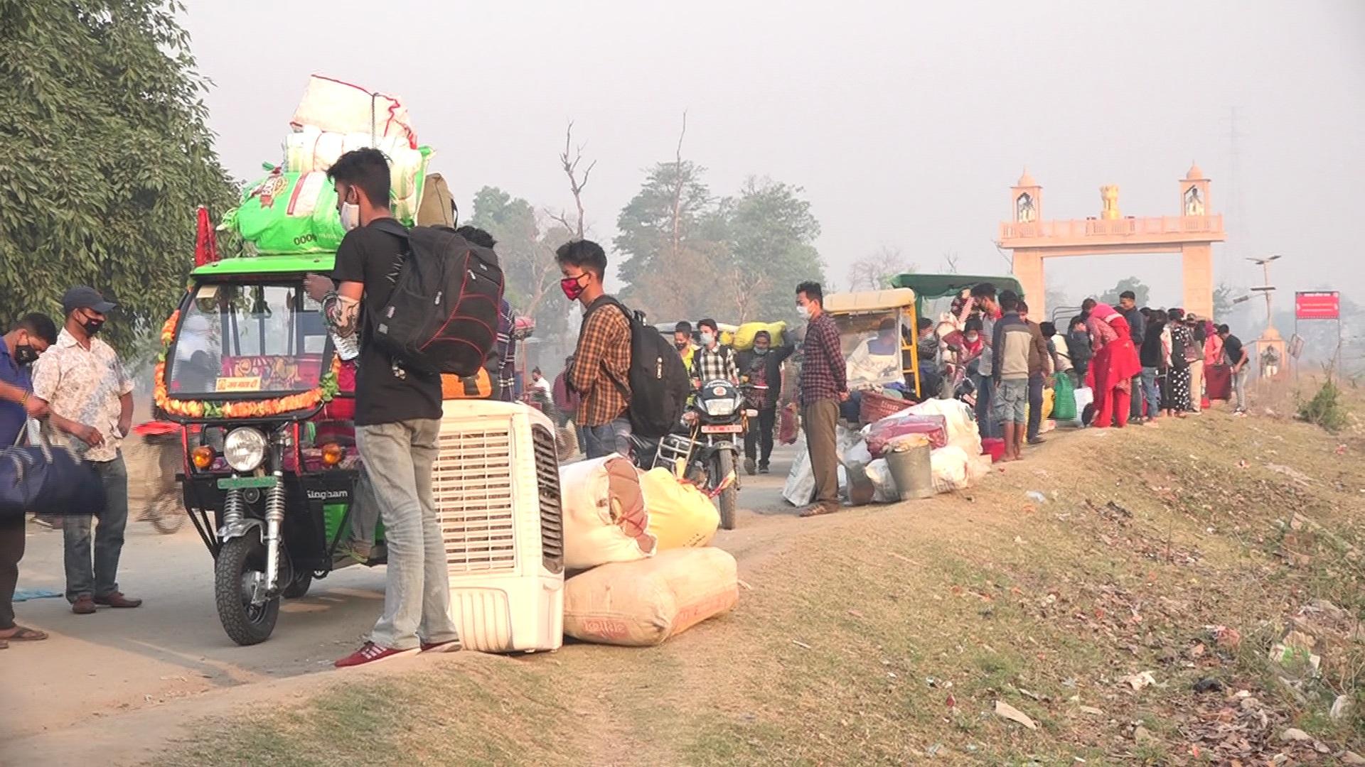कोरोनाको दोश्रो लहर घटेसँगै रोजगारीका लागि भारत जाने बढे